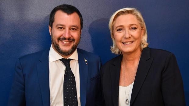 Matteo Salvini, ministro del INterior italiano (izda) junto a la líder ultraderechista francesa, Marine Le Pen