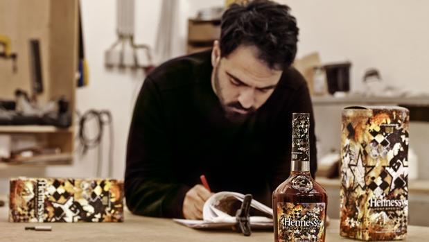 El artista de origen portugués Vhils saltó de la calle a los productos de lujo gracias a Hennessy