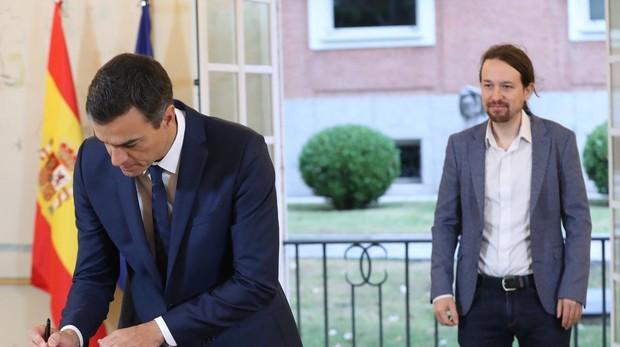 El presidente del Gobierno, Pedro Sánchez ,durante la firma hoy en el Palacio de la Moncloa del acuerdo sobre el proyecto de ley de presupuestos para 2019 con el secretario general de Podemos, Pablo Iglesias