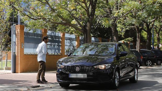 Un cliente a punto de subirse a un VTC en Sevilla