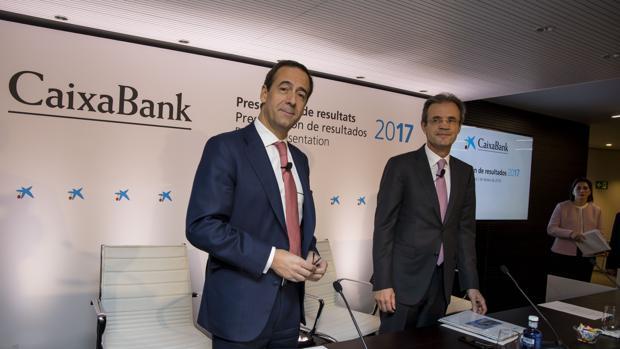 El presidente de CaixaBank, Jordi Gual (dcha) , y el consejero delegado, Gonzalo Gortázar (izda)