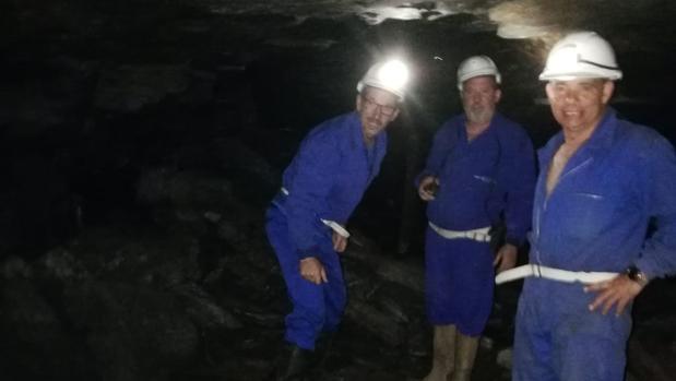 José González, en el centro de la imagen, junto a otros dos compañeros en la mina