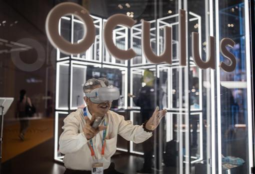 En esta macroferia comercial, la innovación tiene gran protagonismo. En la imagen, un hombre prueba el sistema Oculus de realidad virtual