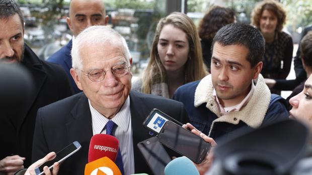 El ministro de Asuntos Exteriores, Josep Borrell (dcha)