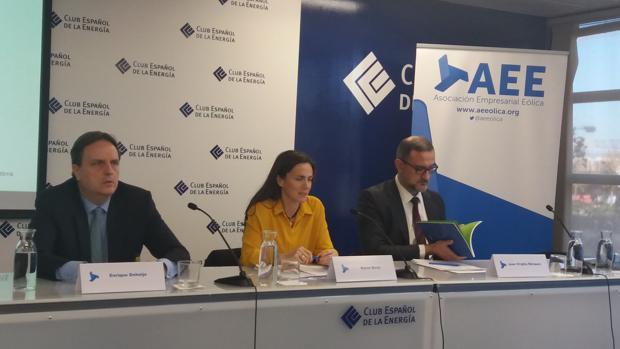 Enrique Doheijo (Deloitte), Rocío Sicre y Juan Virgilio Márquez (AEE), esta mañana