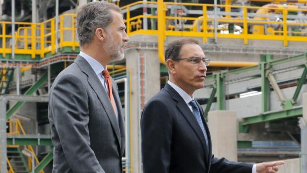 Don Felipe y el presidente de Perú, Martín Vizcarra, durante una visita reciente a la refinería de La Pampilla