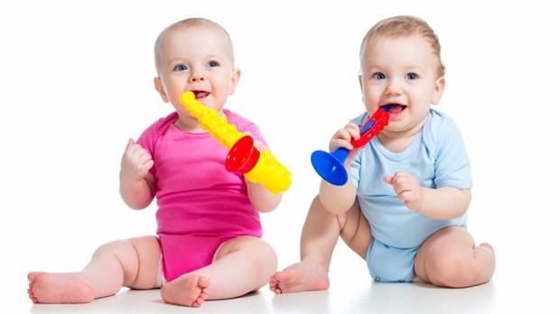 Unos bebés juegan con juguetes de plástico