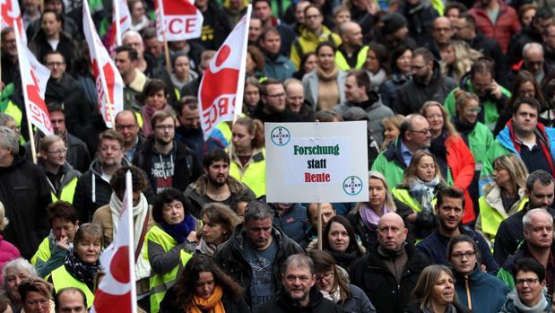 Protesta de los empleados de Bayer contra el cierre de la fábrica de Wuppertal y los recortes de plantilla