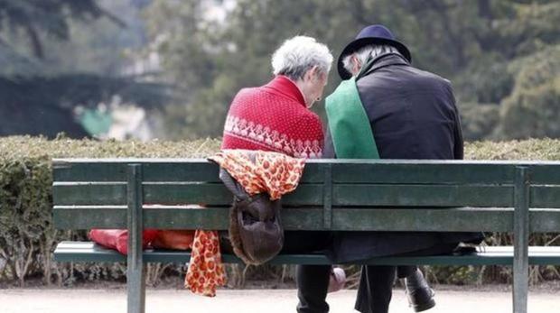 Dos jubilados en un parque en una imagen de archivo