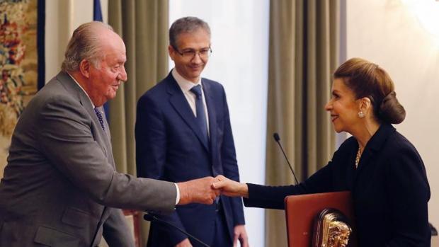 Don Juan Carlos entrega el premio a la economista cubana