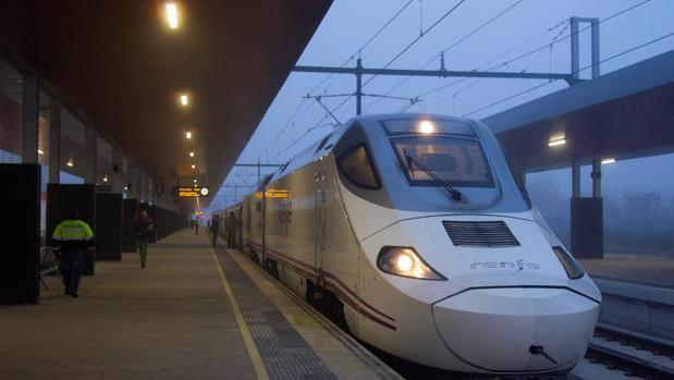 A los pasajeros afectados por los trenes cancelados, la compañía ofrece, «siempre que sea posible», viajar en otro tren en el horario más aproximado