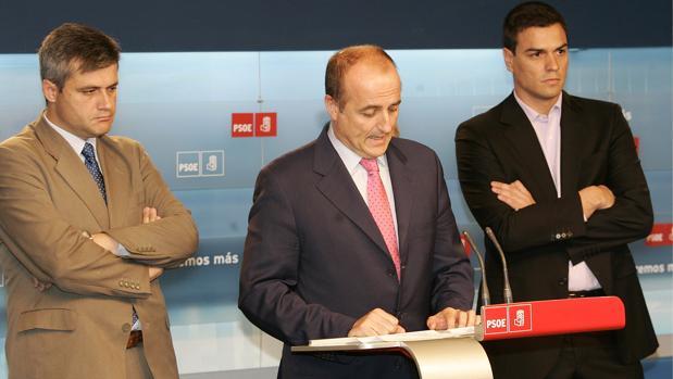 Foto de archivo correspondiente al 31 de mayo de 2007 en que Miguel Sebastián (centro) dimitió como cabeza de lista del PSOE a la alcaldía de Madrid tras su derrota frente a Gallardón