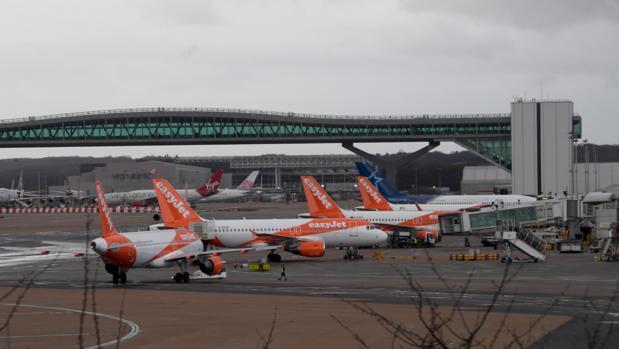 Varios aviones de EasyJet en un aeropuerto