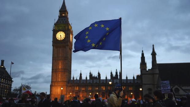 Un hombre porta la bandera de la Unión Europea en pleno centro de Londres
