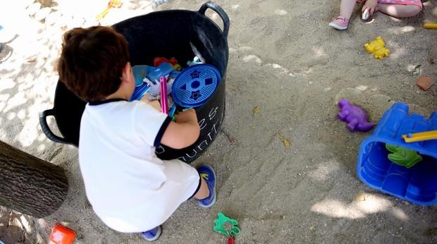 Un muchacho jugando en un parque en Madrid