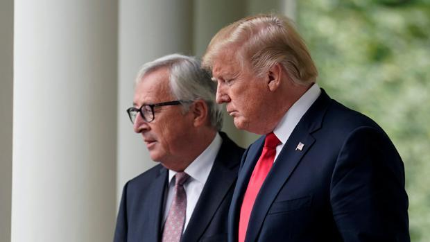 El presidente de la Comisión Europea, Jean-Claude Juncker, junto al presidente de Estados Unidos, Donald Trump, en una cumbre bilateral en 2018