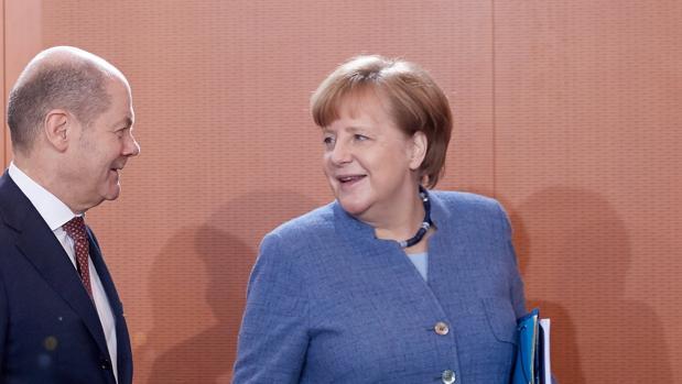 Olaf Scholz, ministro de Finanzas alemán (izda) junto a la canciller de Alemania, Angela Merkel