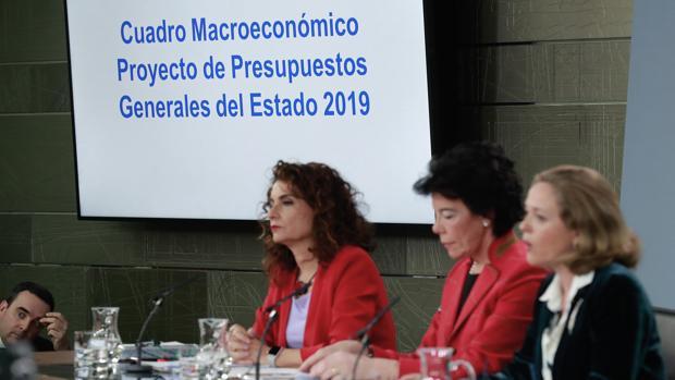 De izquierda a derecha, las ministras María Jesús Montero, Isabel Celaá y Nadia Calviño, ayer en rueda de prensa