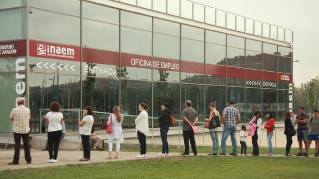 Desempleados haciendo cola en una Oficina de Empleo en Zaragoza