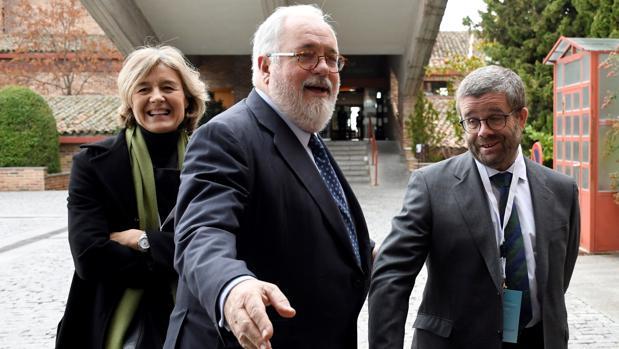El comisario Arias Cañete, en el centro de la imagen