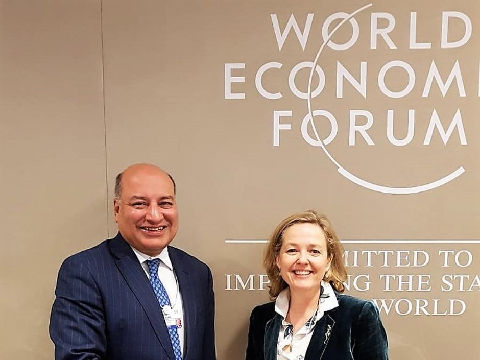 Calviño se encuentra con el presidente del BERD durante su visita a Davos