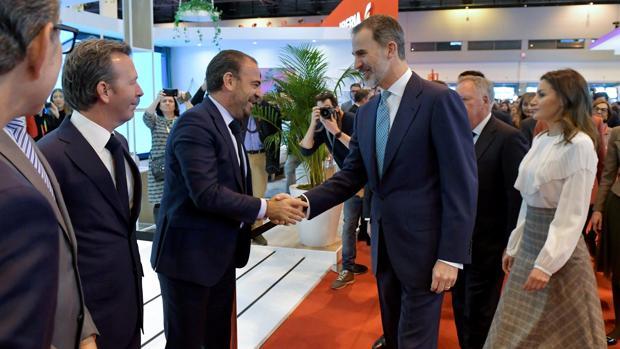 Los Reyes saludan al Vicepresidente Ejecutivo y CEO de Meliá, Gabriel Escarrer