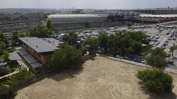 Un solar preparado para albergar un nuevo edificio en Madrid