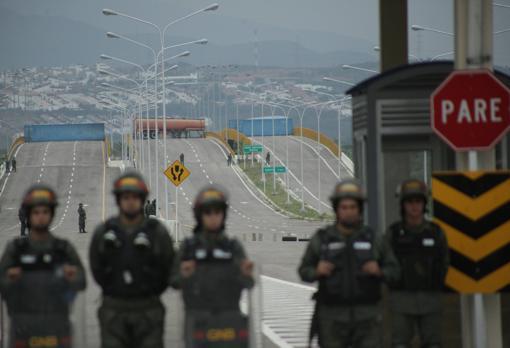 Frontera entre Colombia y Venezuela está bloqueda por los militares y no dejan pasar ayuda humanitaria
