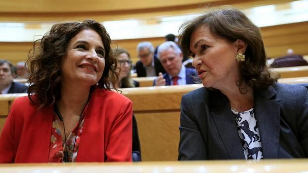 La vicepresidenta del Gobierno, Carmen Calvo (d) y la ministra de Hacienda, María Jesús Montero