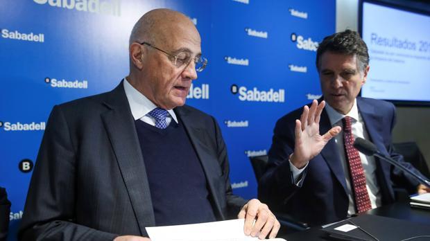 El presidente del Sabadell, José Oliu, y el consejero delegado, Jaime Guardiola, en rueda de prensa