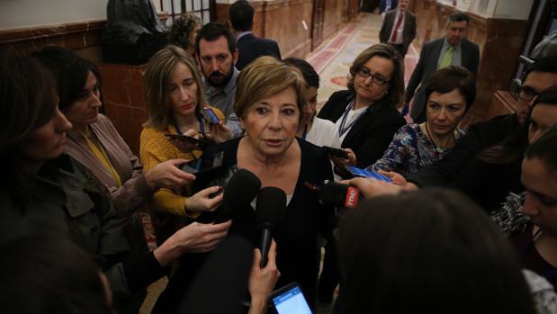 La presidenta de la Comisión del Pacto de Toledo en los pasillos del Congreso