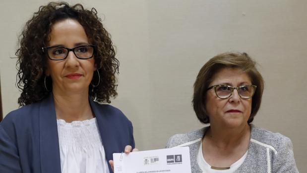 Pilar Lucio, a la izquierda, portavoz socialista de Energía en el Congreso