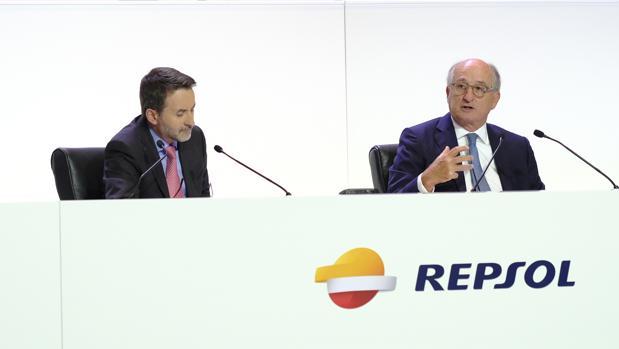 El consejero delegado de Repsol, Josu Jon Imaz (izda) y el presidente de la energética, Antonio Brufau