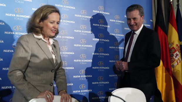 La ministra de Economía y Empresa, Nadia Calviño (izda) y el comisario de Programación Financiera y Presupuestos, Günther Oettinger