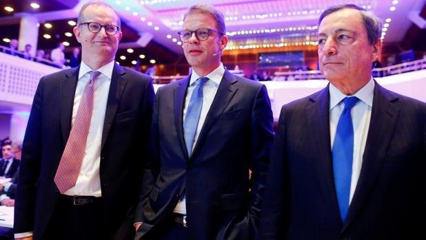Martin Zielke (CEO de Commerzbank), Christian Sewing (CEO de Deutsche) y Mario Draghi, presidente del BCE