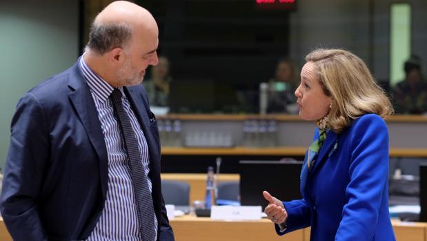 El comisario de Asuntos Económicos y Financieros, Pierre Moscovici (izda) y la ministra de Economía española, Nadia Calviño