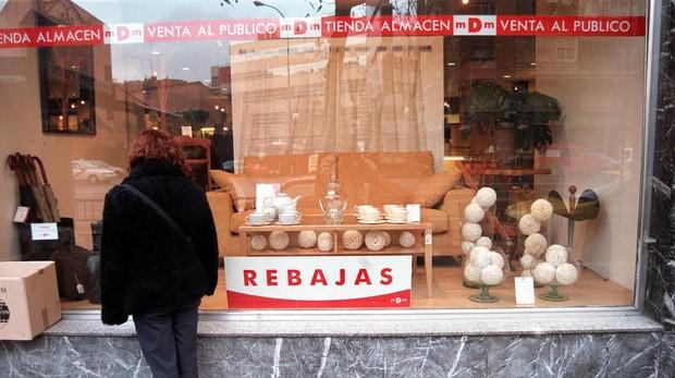 Una mujer se fija en una tienda de muebles de Madrid