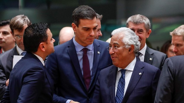 El presidente español, Pedro Sánchez (2-i), y el primer ministro portugués, Antonio Costa (d), antes del comienzo de una reunión en el edificio del Consejo Europeo, en Bruselas (Bélgica)