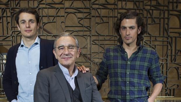 Benito Suárez (centro) con sus hijos Juan (izda.) y Gabriel (dcha.)