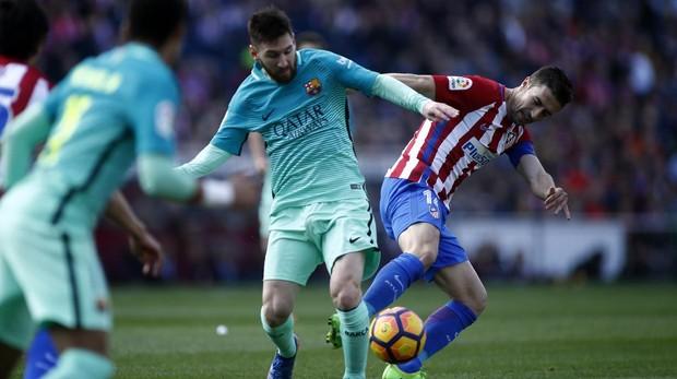 El centrocampista del Atlético de Madrid, Gabi, arrebatándole un balón al jugador barcelonista, Messi