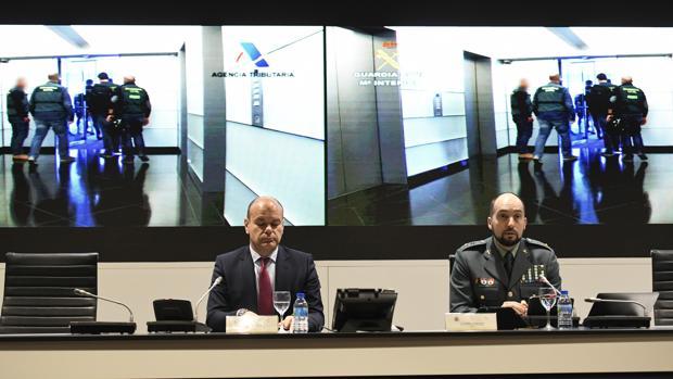 El teniente coronel Antonio Balas (d), jefe del Grupo de Delincuencia Económica de la UCO; y José Manuel Alarcón (i), responsable de la Oficina Nacional de Investigación del Fraude (ONIF) de la Agencia Tributaria, en rueda de prensa han informado sobre la operación Drake