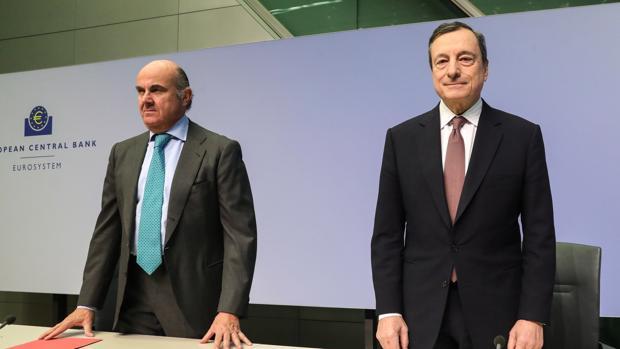 El vicepresidente del BCE, Luis de Guindos (izda) y el presidente de la institución, Mario Draghi