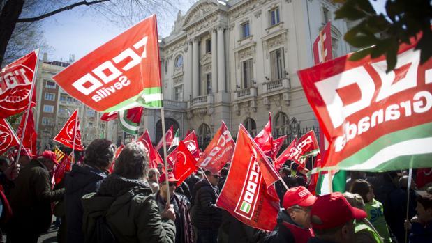 Manifestación de trabajadores de Endesa, el año pasado, ante la embajada de Italia en Madrid