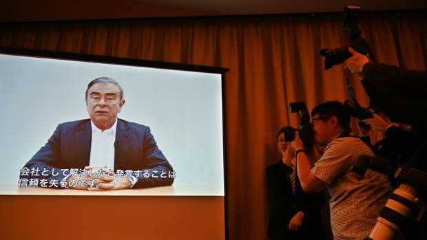 La imagen muestra la expectación suscitada por la emisión del vídeo de Ghosn, detenido horas antes