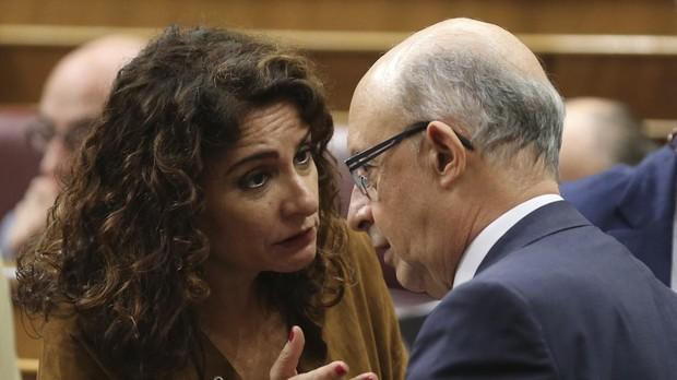 La ministra de Hacienda,, María Jesús Montero y su predecesor, Cristóbal Montoro