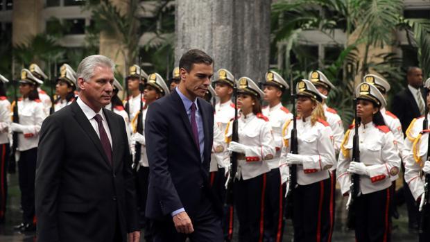 El presidente de Cuba, Miguel Díaz-Canel, junto con su homólogo español, Pedro Sánchez