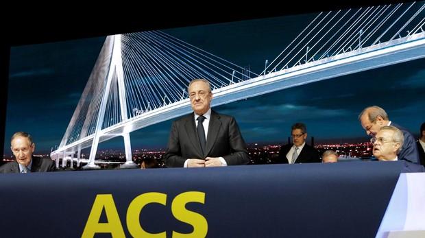 El presidente de ACS, Florentino Pérez (c), durante la junta de accionistas de la compañía, este viernes en Ifema, en Madrid
