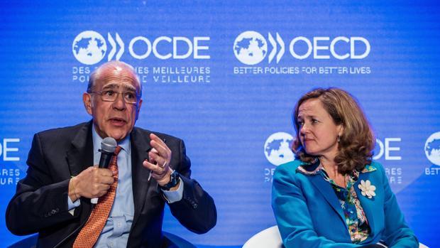 El secretario general de la OCDE, Ángel Gurría (izda) junto a la ministra de Economía, Nadia Calviño