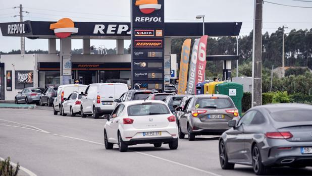 El coste de la gasolina en Portugal: 31 euros de impuestos por cada 50 euros al llenar el depósito