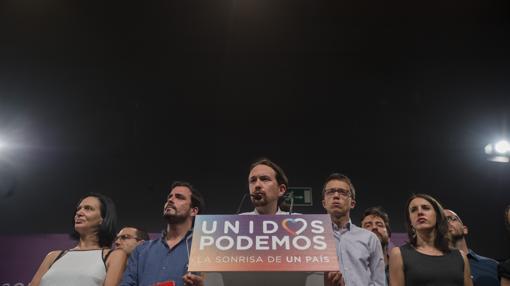 Los dirigentes de Unidos Podemos no ocultaron su descontento tras el 26-J